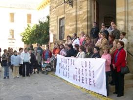 Un centenar de personas se concentran para conmemorar el Día Internacional contra la Violencia hacia las mujeres
