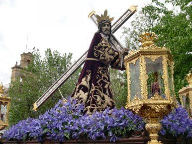 Las cofradías de Nuestro Padre Jesús Nazareno y San Juan de la Palma y Verónica, hacen su estación de penitencia el Viernes Santo por la mañana