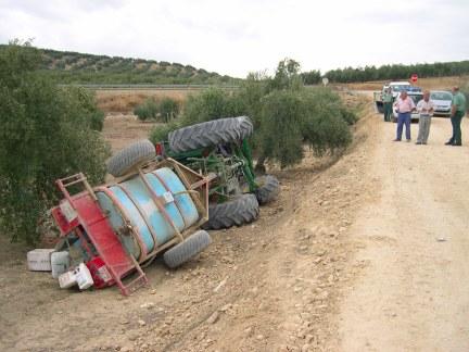 Un agricultor de Porcuna fallece al volcarse el tractor que conducía