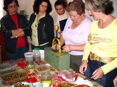 Las mujeres transmiten como aderezan las aceitunas en su hogar
