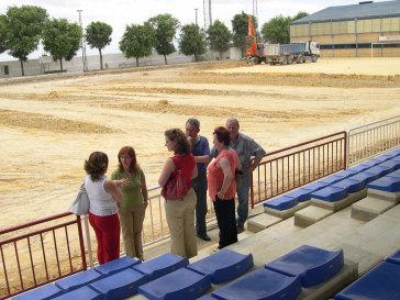 La delegada provincial de Turismo, Comercio y Deporte comprueba las obras de instalación del césped artificial del campo municipal de fútbol