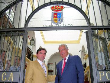 Javier Arenas felicita personalmente al nuevo alcalde de Porcuna, Miguel Moreno