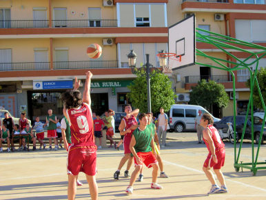 Gran éxito en el primer Torneo 3x3 de Baloncesto Solidario en la Calle