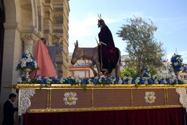 La Borriquita luce en una espléndida mañana de Domingo de Ramos