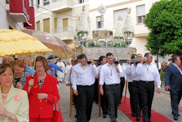 La Sagrada Custodia procesiona bajo una leve lluvia