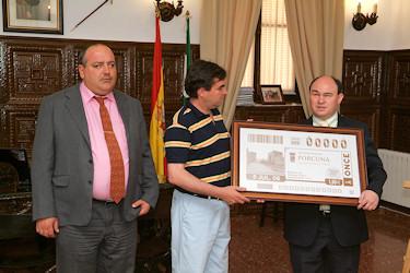 La ONCE presentó en el ayuntamiento el cupón del día 5 de julio dedicado a la ciudad de Porcuna
