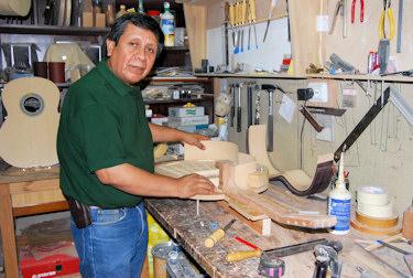René Aguilera fabrica en Porcuna guitarras que exporta al mundo